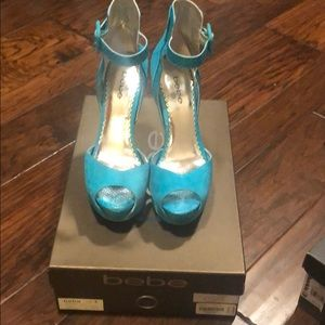 Bebe size 8 peacock colored heels